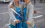 Prêtes les filles ? avec nos nouvelles tenues bleues et blanches et bâtons lumineux