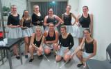 le groupe des grandes et leurs bâtons de majorettes jupe argentée paillettée