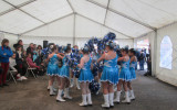 Groupe des moyennes pompons majorettes bleus et argentés
